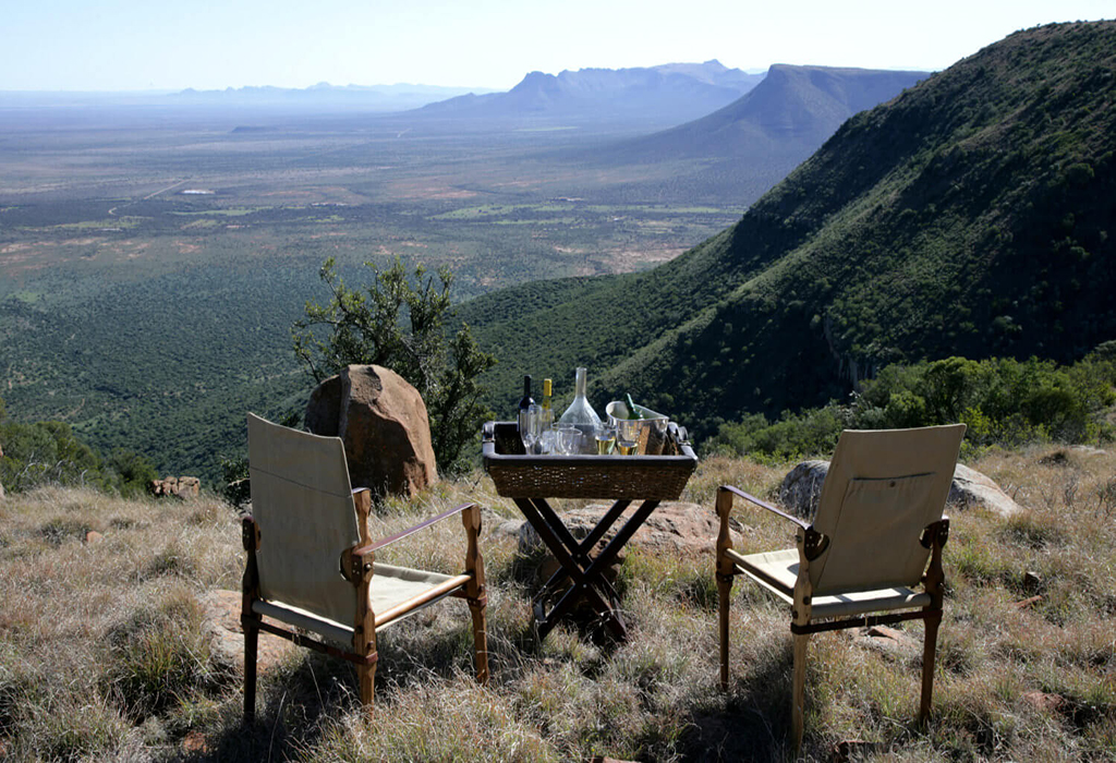 mountain-drinks-al-fresco-picnic-samara-karoo-reserve-south-africa-1500×934